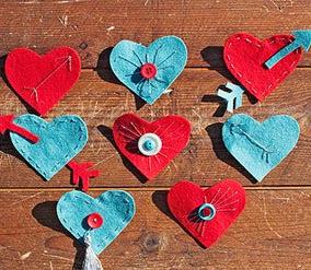 http://www.todomanualidades.net/2013/01/como-hacer-prendedores-con-forma-de-corazones-de-fieltro/
