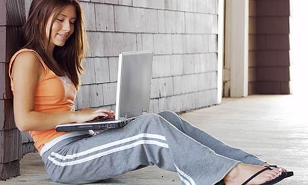 Gadis mengoperasikan laptop