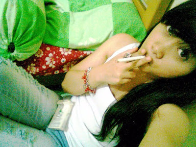 Gadis Perawan Merokok