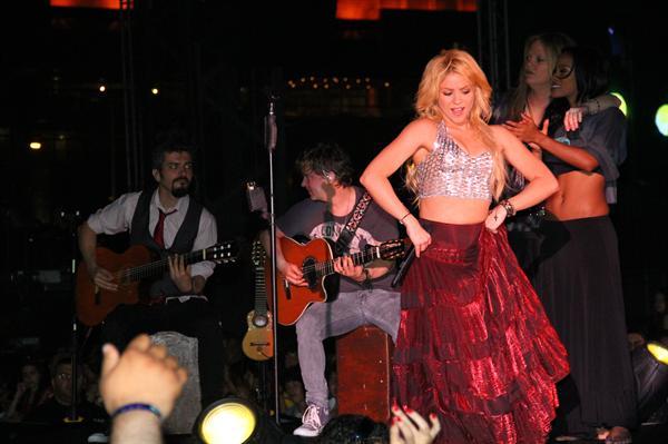 Galería » Apariciones, candids, conciertos... - Página 2 Shakira+roni+%252815%2529_634420906969609680_PhotoGalleryMain