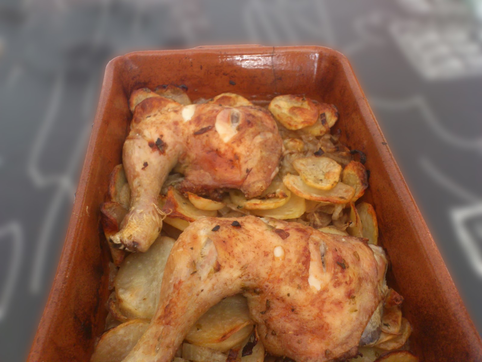 Cocina para Leones: Cuartos de pollo asados con patatas y cebolla.