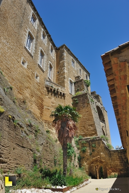 Au pied du château de suze la rousse passage vers le village photo blachier pascal