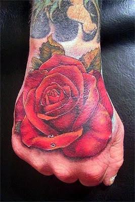Tatuaje de rosa roja en la mano