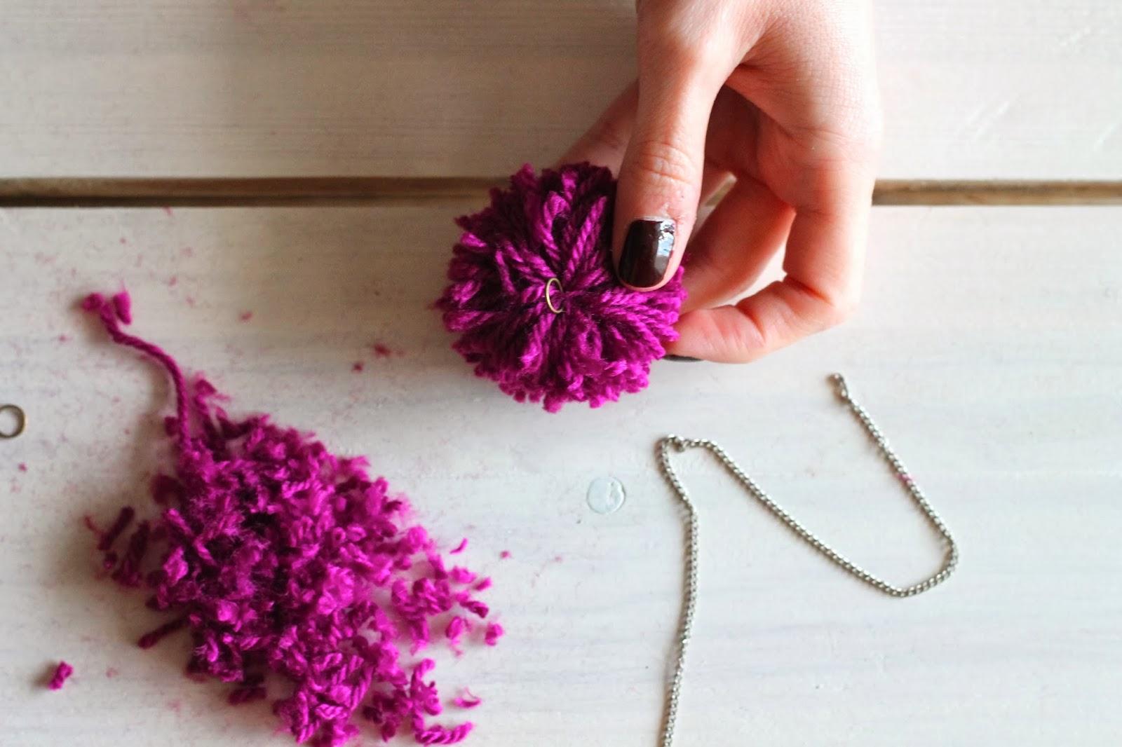 Diy comment faire un pompom en laine sans carton - Comment faire tenir un boudin de porte ...