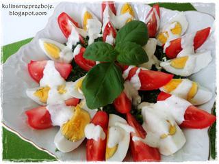 Sałatka z brokułami, pomidorami, jajkami (z sosem czosnkowym)