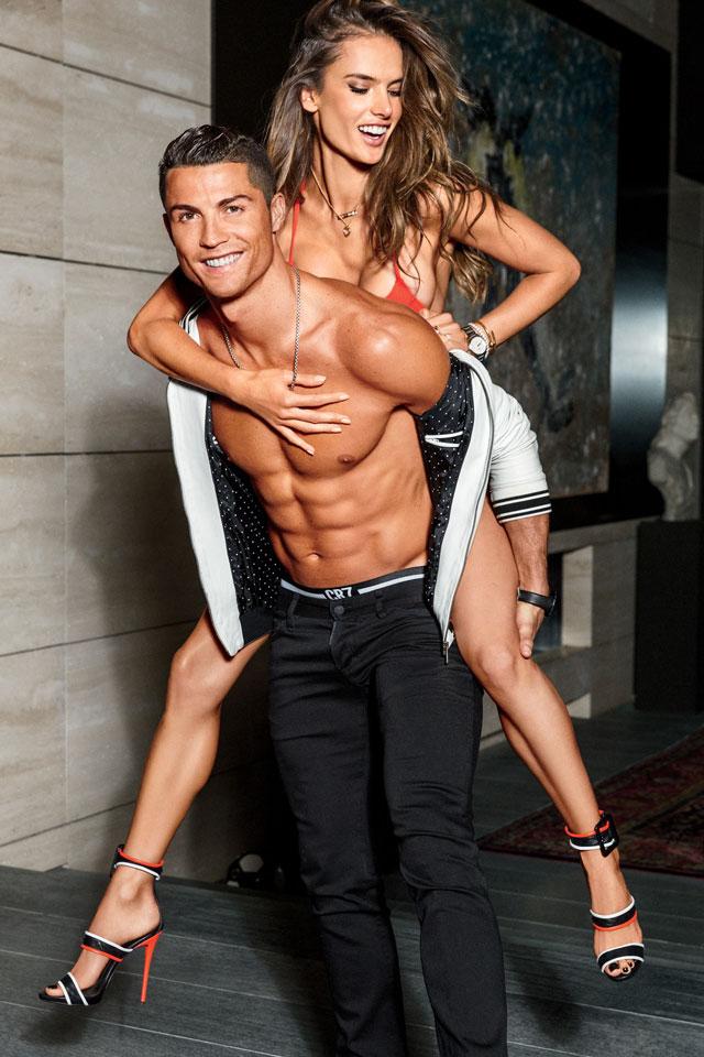 Cristiano Ronaldo carrega Alessandra Ambrósio nas costas. Foto: Ben Watt