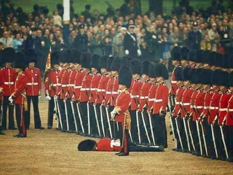عارفين لماذا هذا الجندي ملقى على الارض و لماذا لم يلتفت إليه أحد