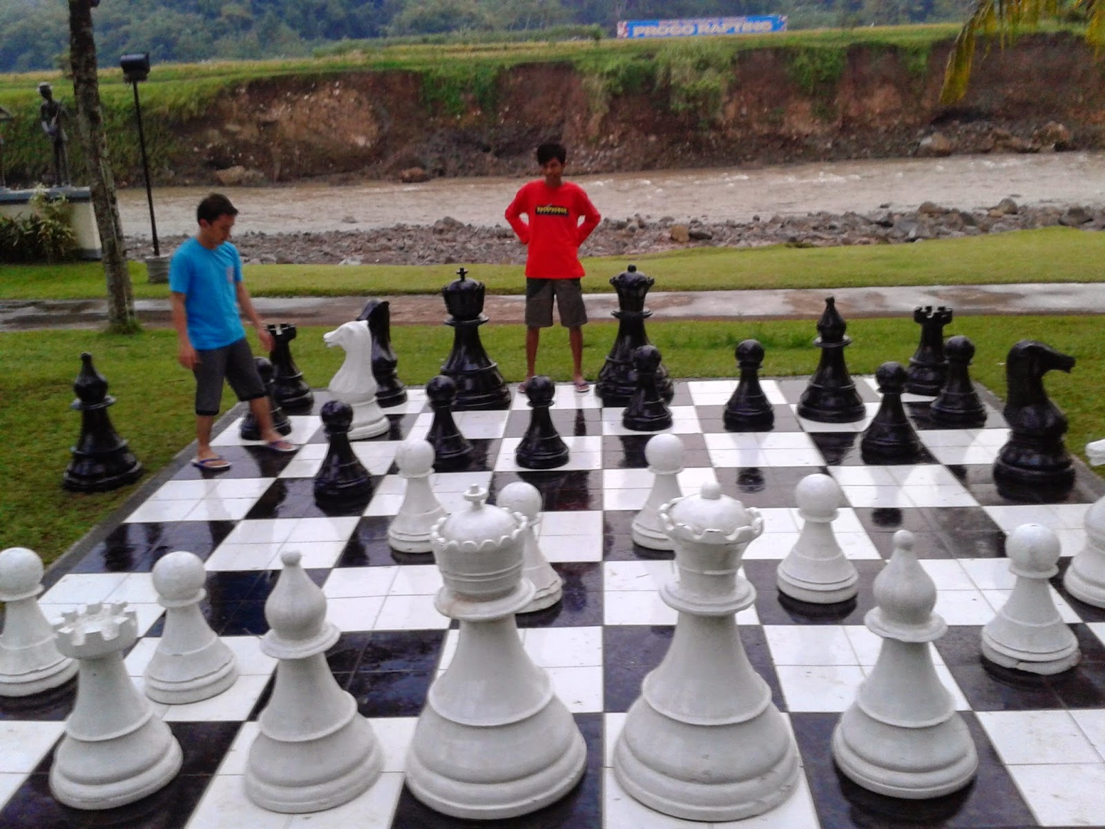 Bermain catur raksasa
