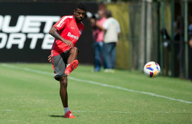 Aos 21 anos, ateral esquerdo colorado está próximo de se transferir ao futebol italiano (Foto: Alexandre Lops/SCI)