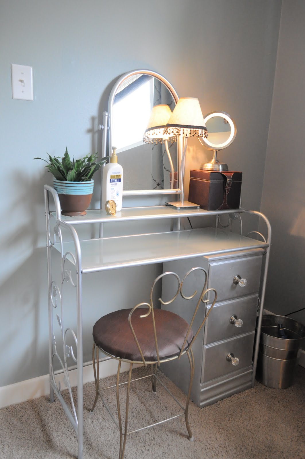 how i organize my bedroom: my vanity | organizing made fun: how i