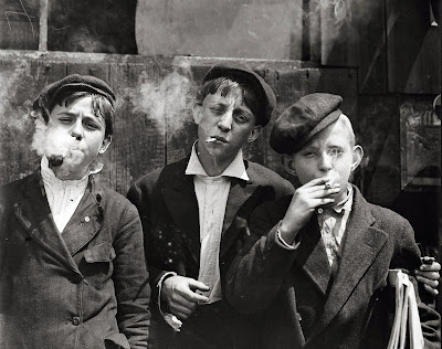 Newsies at Skeeter's Branch (Lewis Hine, 1910)