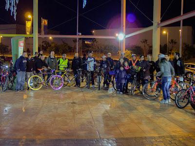 Los más de treinta participantes a la primera masa crítica de San Vicente posan sonrientes