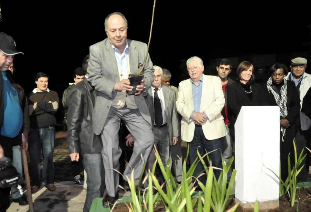 O acadêmico Jorge Bragança no momento do plantio da muda de oliveira