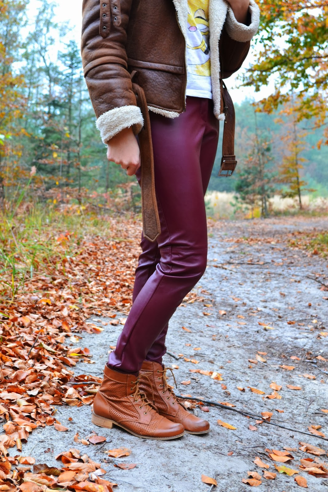 brązowy kożuszek na zimę, gruba ruda ramoneska, burgundowe skórzane spodnie, rude botki