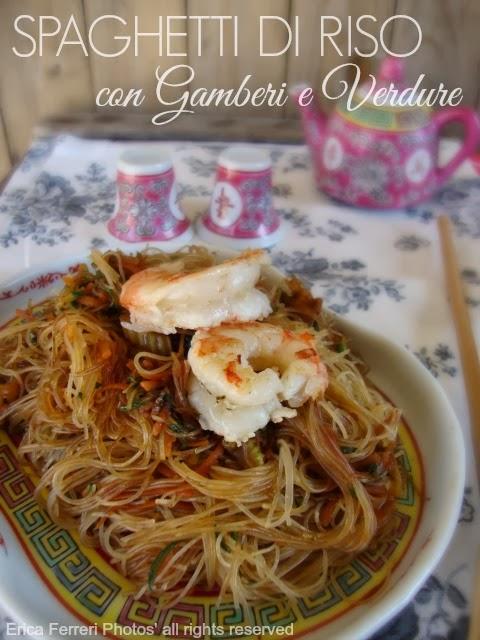 spaghetti di riso con gamberi e verdure come al ristorante cinese