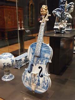 Violín de porcelana azul de Delft (1705-1710)