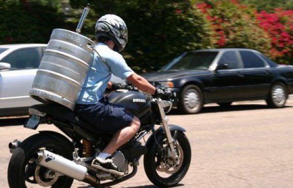 Moto con barril de cerveza