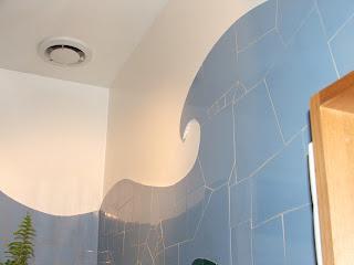 Création d'un décor mural en mosaïque dans une salle de bains par un mosaïste professionnel
