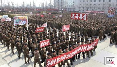 Người dân CHDCND Triều Tiên mít tinh thể hiện quyết tâm đánh Mỹ hôm 3.4 - Ảnh: Reuters/KCNA
