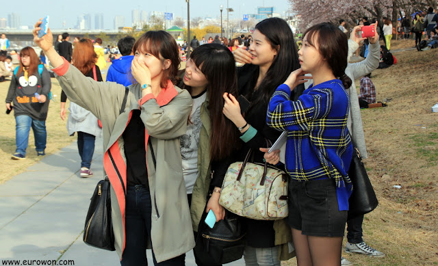 Cuatro chicas coreanas tomándose una autofoto