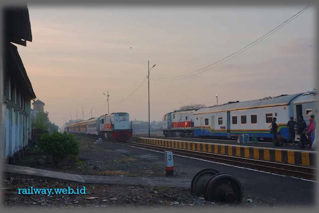 Gambar KA Mutiara Selatan Di Mojokerto