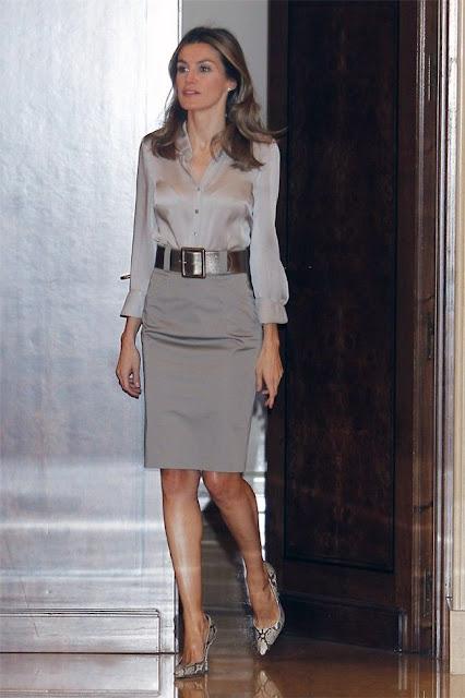 Um elegante substituto do preto - saia cinzenta e blusa e cinto prata