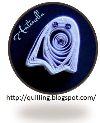 Super cute (I mean scary) quilled ghost... this free quilling pattern is shared by Antonella at www.quilling.blogspot.com #quilling #quilled #filigrana #paper-filigree #ghost #halloween