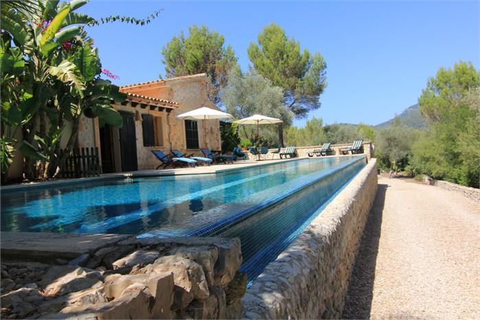 Estilo rustico jardines con piscinas rusticas for Jardines con piscina