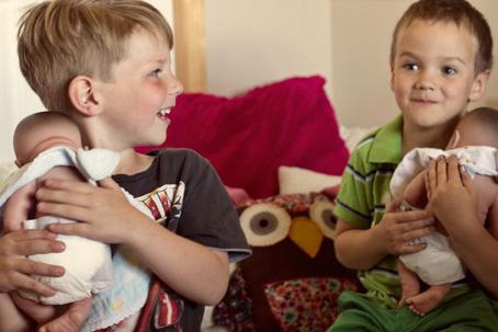 Por uma sociedade melhor, meninos deveriam brincar de boneca e de casinha -  por Leonardo Sakamoto