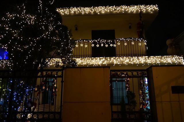 frente iluminada da casa decorada para o Natal - rua Álvaro Alvim, cidade de Santos