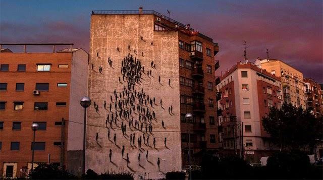 Onduladas figuras se reúnen en un edificio en España