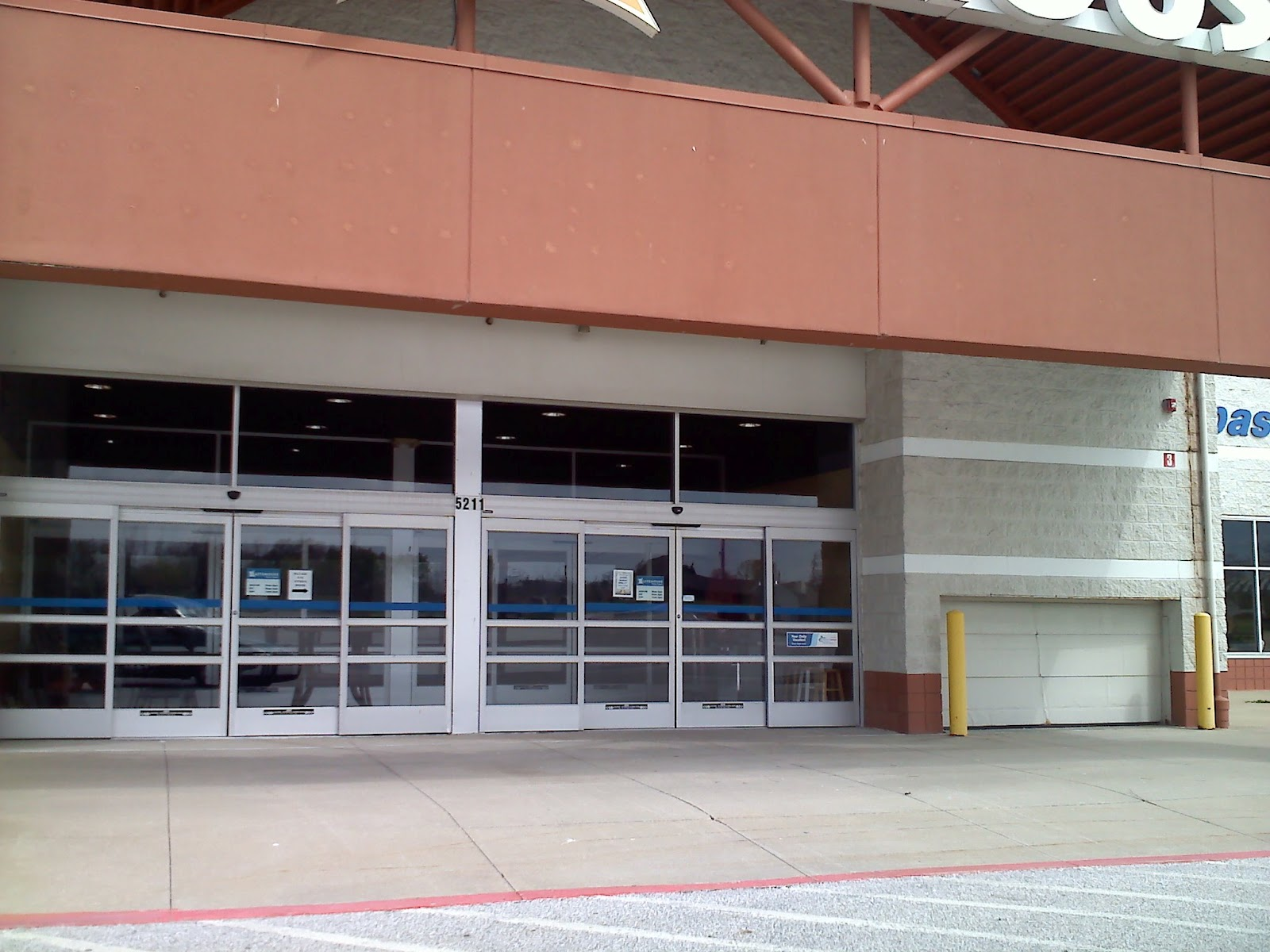 dead and dying retail former elyria ohio super kmart notice that the doors are all automatic and there is a smaller cart door that is a design element not found in older super kmart kmart stores