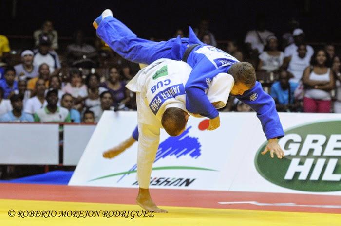 J. Peña (kimono blanco), de Cuba, se enfrenta a A. Arshanski (kimono azul), de Israel,  en la categoría de 60 kilogramos, durante la primera jornada del Grand Prix de Judo de La Habana, con sede en el Coliseo de la Ciudad Deportiva, el 6 de junio de 2014