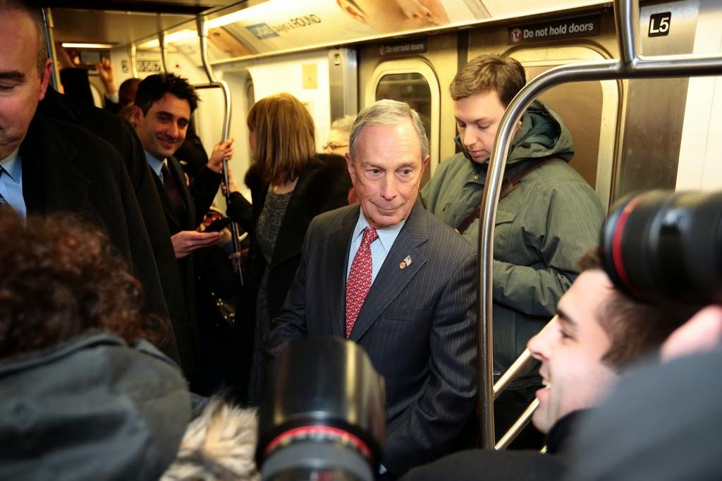 Майкл Блумберг едет на работу в метро