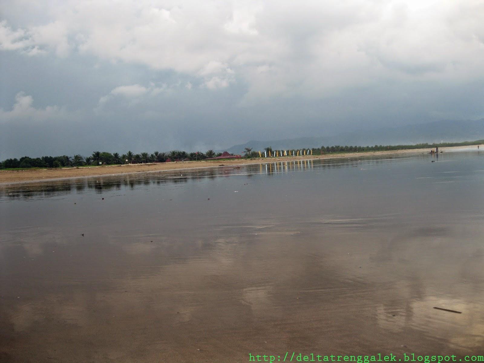 Pantai dengan hamparan pasir yang luas