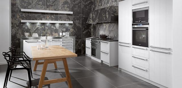 cocina-blanca-con-pared-gris