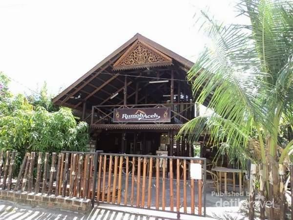 Ngopi di Kedai Kopi Bergaya Rumah Tradisional Aceh
