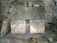El sarcòfag romànic de l'interior de l'ermita