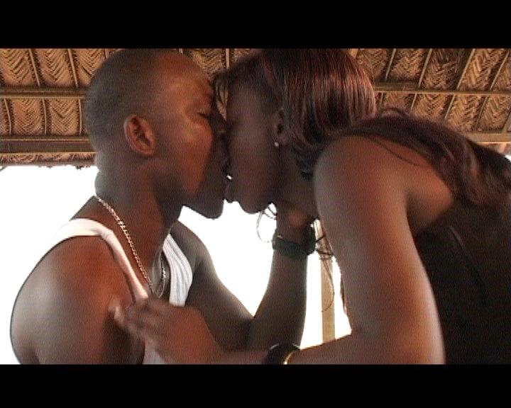 Deux teens s'embrassent intensment - Pornodrometv