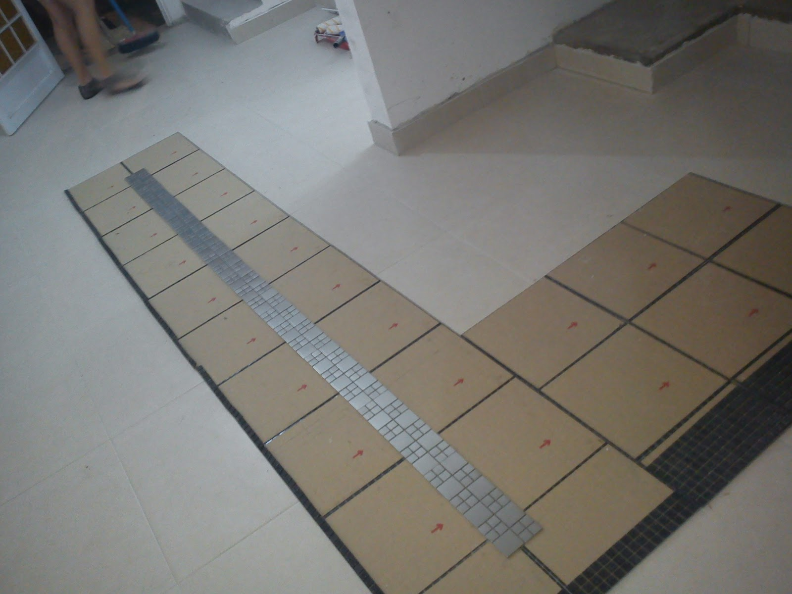 Aqui é o seguinte: o pedreiro ja montou no chão como será instalada  #5C4F43 1600 1200