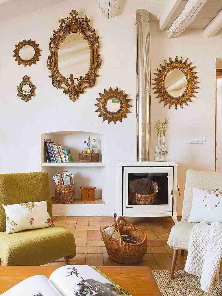 ZŁote ramy na ścianie w salonie, lustro w złotej ramie, eklektyczne wnętrze salonu, koza biała w salonie