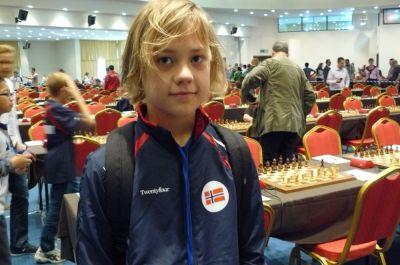 Un jeune concurrent norvégien fan de Magnus Carlsen, son compatriote champion du monde d'échecs en titre - Photo © Chessdom
