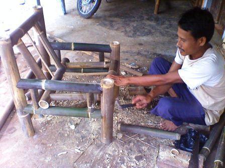 Untuk yang berminat memesan kursi bambu dapat langsung menghubungi Pak ...