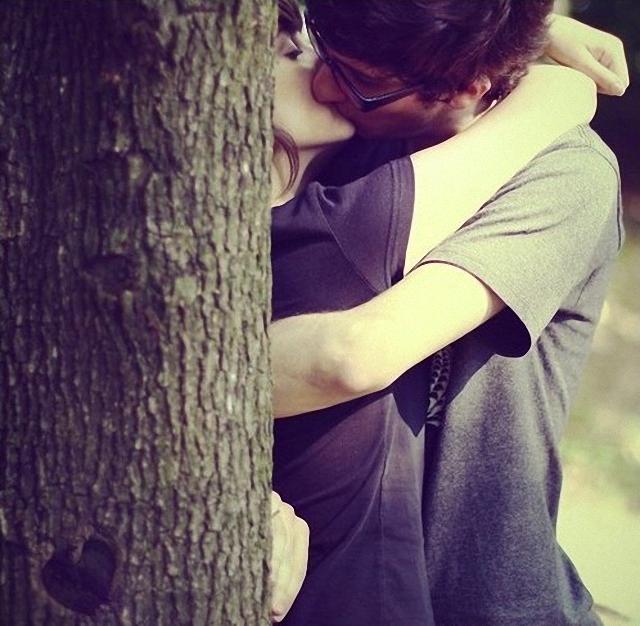 Beso en el árbol.