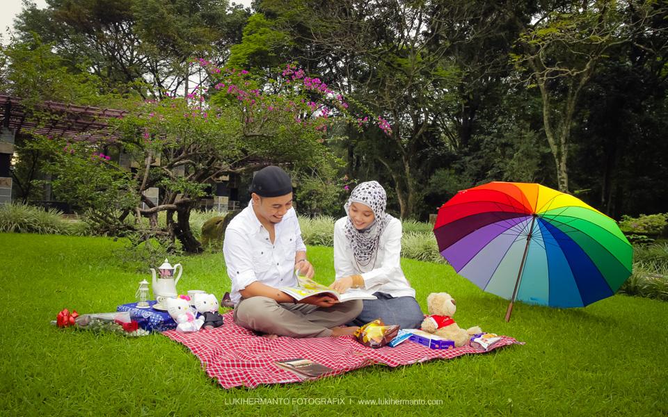 Foto prewedding muslim ceria