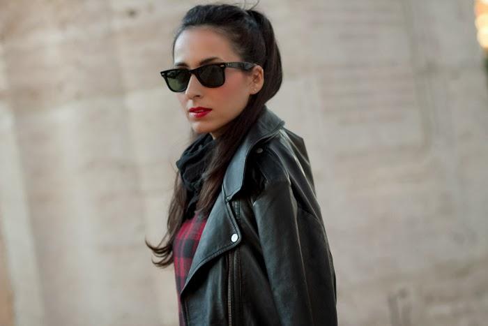 Chaqueta perfecto oversized de cuero de Zara y vestido de cuadros rojo y negro