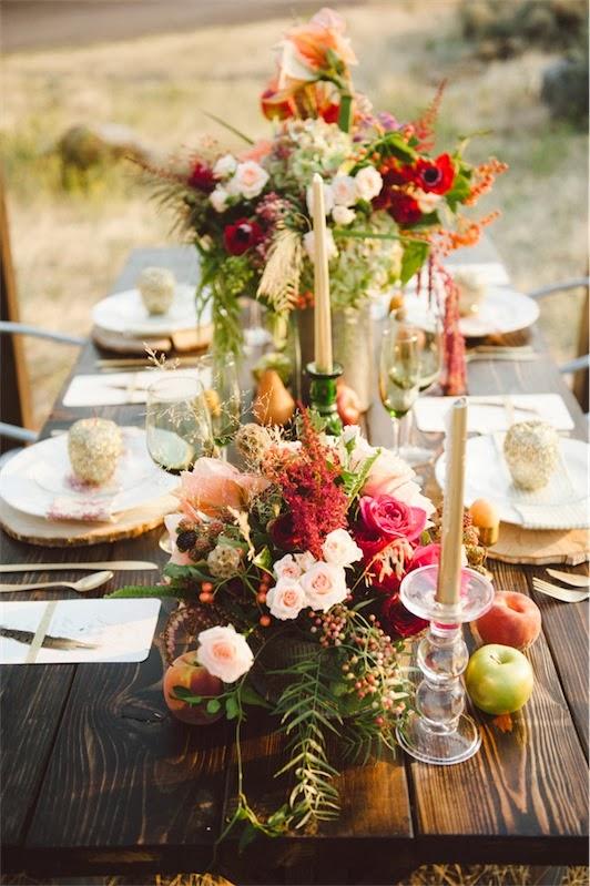 mesa de boda decorada con vistosos centros florales