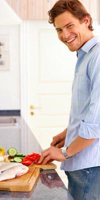 من اسرار جاذبية الرجل للنساء..إجادته للطهى - happy man cooking