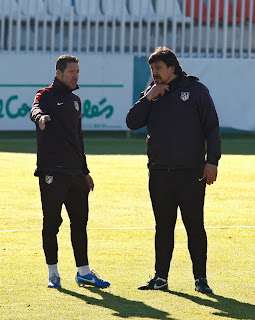 Simeone y el Mono Burgos preparando el partido