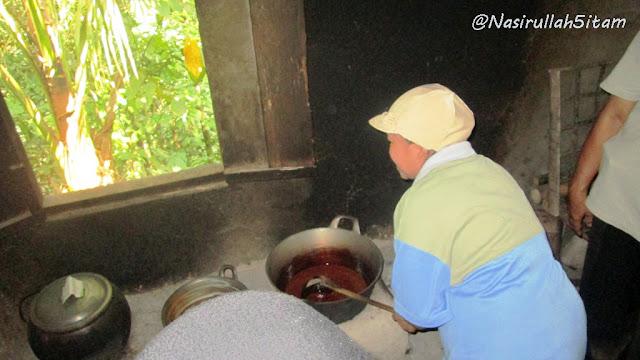 Seorang ibu sedang membuat Gula Merah/Gula Jawa